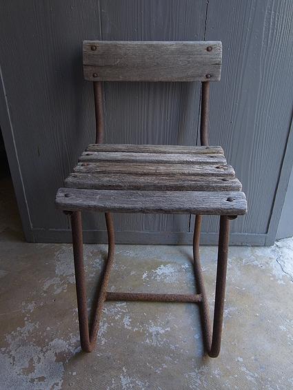 朽ちた木の椅子_e0111789_11160575.jpg