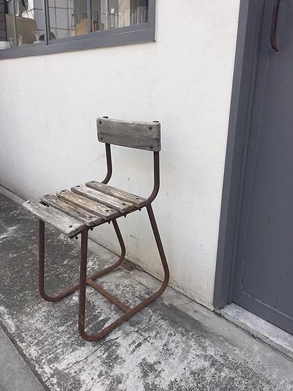 朽ちた木の椅子_e0111789_11170731.jpg