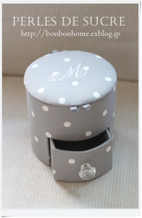 自宅レッスン 引き出し付き円筒形の箱 リボンボックス ボワットアコーディオン ボンベイの箱  眼鏡スタンド スリムマガジンラック_f0199750_17543755.jpg