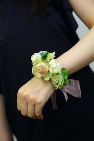 7月18日生花レッスン ウェディングアイテム、花かんむりとかリストレットとか_a0042928_15003967.jpg
