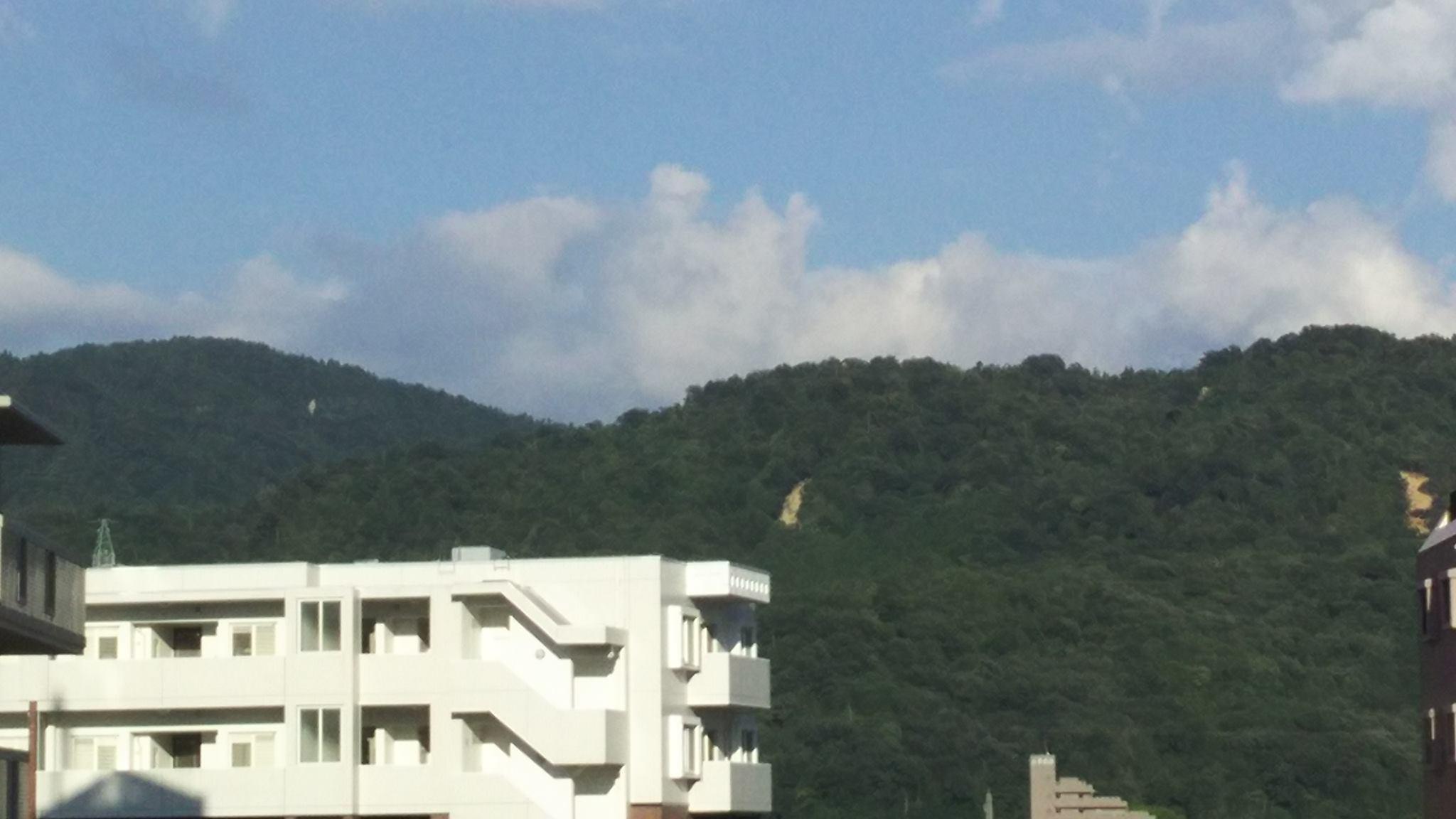 西日本大水害以前なかった土砂崩れの跡が複数 安佐北区南部の山肌_e0094315_18213053.jpg