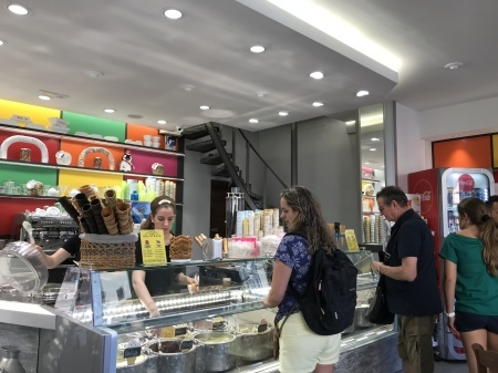 人気店のジェラテリアの隣のジェラテリア_a0136671_03154121.jpeg