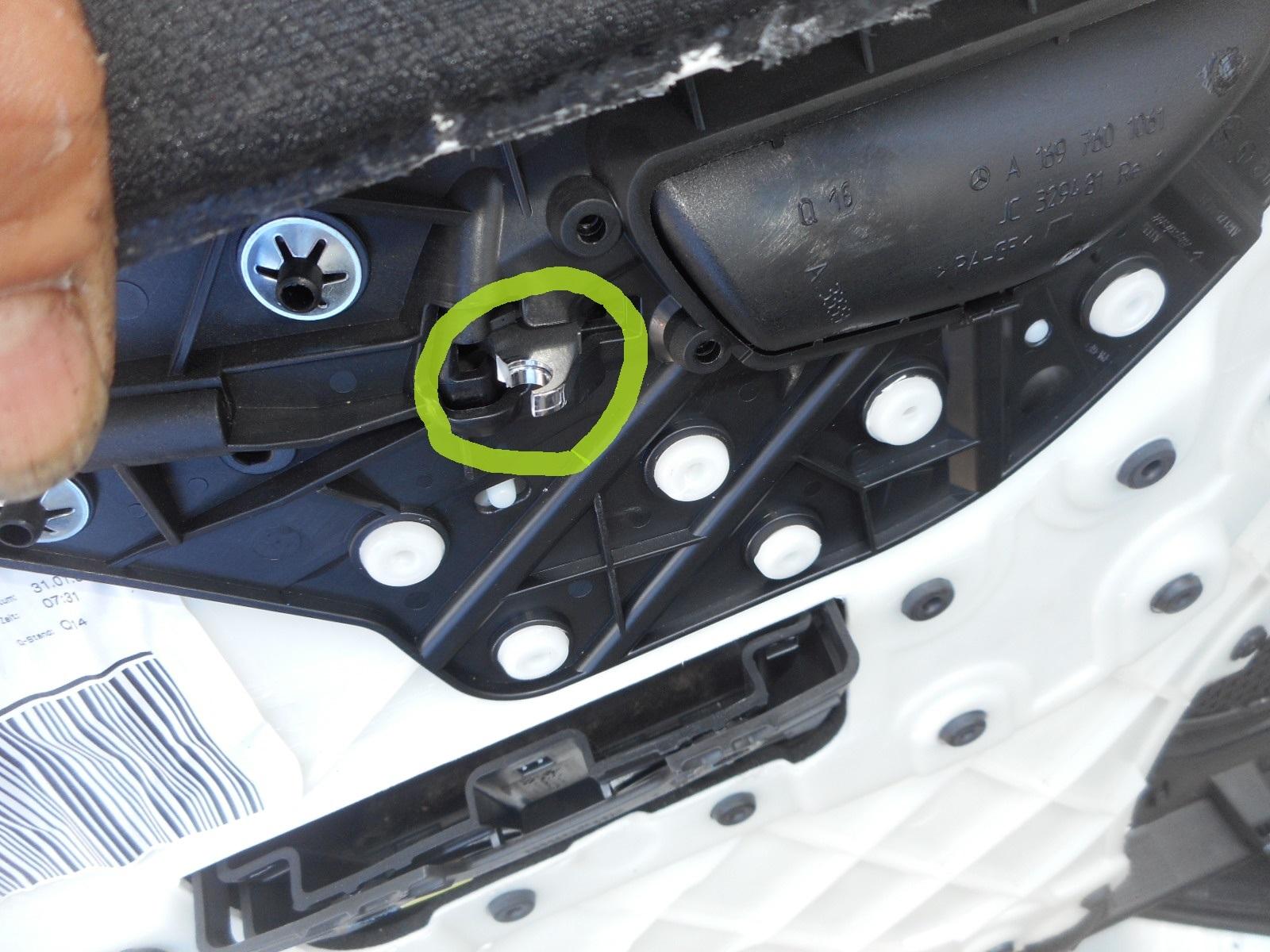 メルセデス・ベンツ Bクラス(W245) 運転席ドアが開かない 整備 (インナーハンドル交換)_c0267693_17252414.jpg
