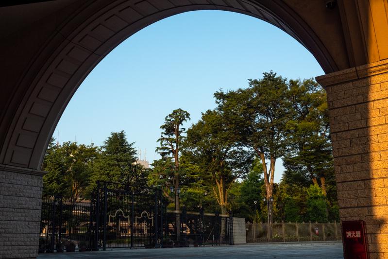 早朝の東京競馬場正門_a0261169_13325703.jpg