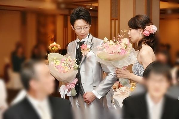 卒花嫁様アルバム 帝国ホテルの花嫁様より、バラのフルキャスケードブーケと天使の靴と_a0042928_19541163.jpg