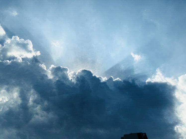《空と雲》天使のパンチと、大きな不思議なかたちの吊るし雲と。_b0298740_22475152.jpg