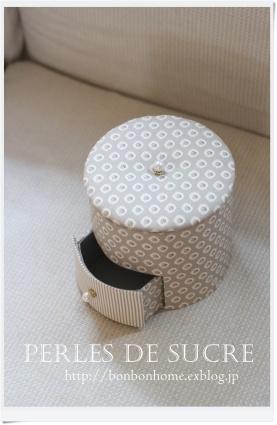 自宅レッスン ニュースペーパーラック 引き出し付き円筒形の箱 シャルニエの箱 サークル型の箱(大小) ネームホルダー_f0199750_21171318.jpg
