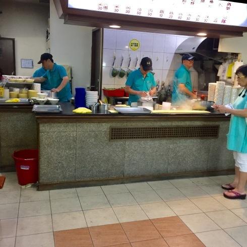 台北旅行 14 おススメの餃子をテイクアウト☆美味しい~「八方雲集」_f0054260_09403571.jpg