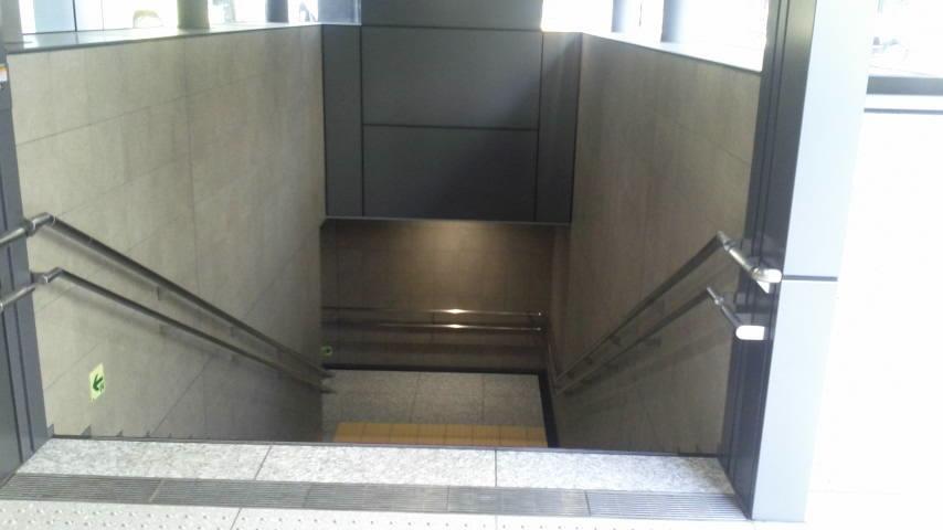 ようやく地下道出入り口が通行可能となりました。_d0062076_10434648.jpg