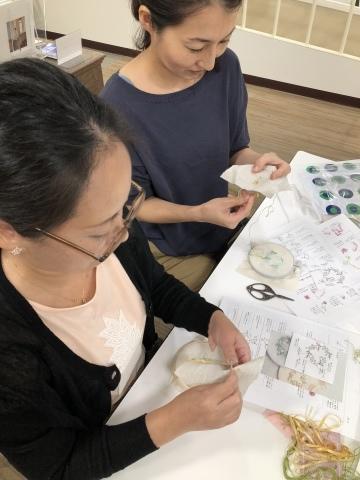 『しあわせのリボン刺しゅう』 出版記念ワークショップ《花リースのコンパクトミラー》@西武渋谷サンイデー にご参加くださった皆さま どうもありがとうございました_a0157409_12515151.jpeg