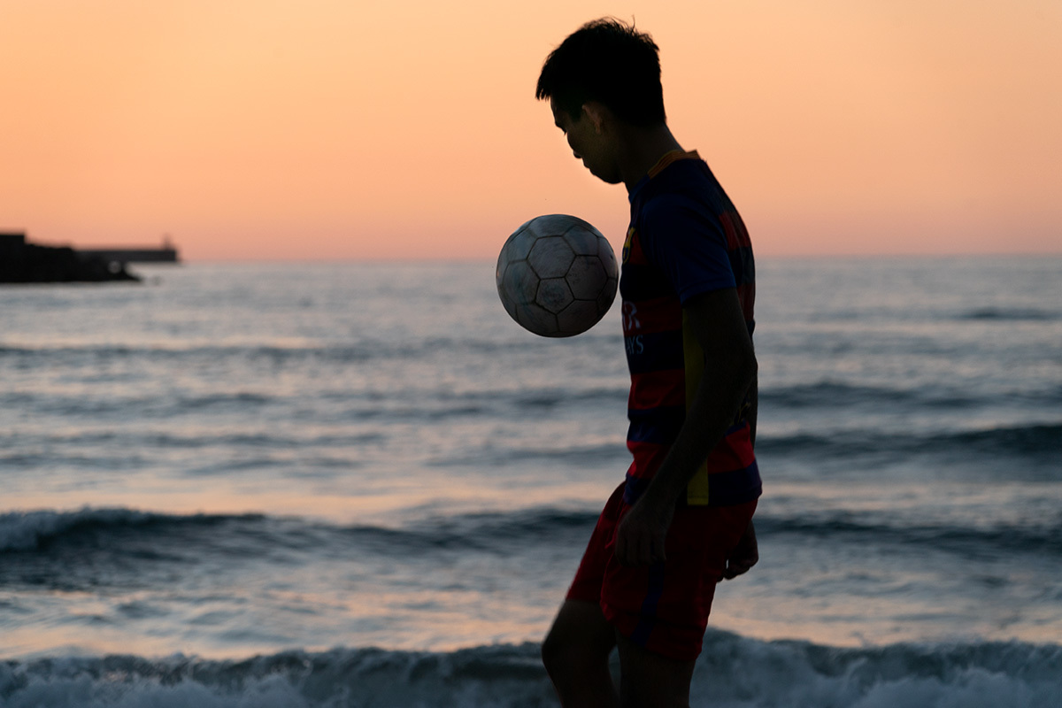 夕暮れの渚にて Foot ball on the shore #SONYα9_c0065410_00400647.jpg