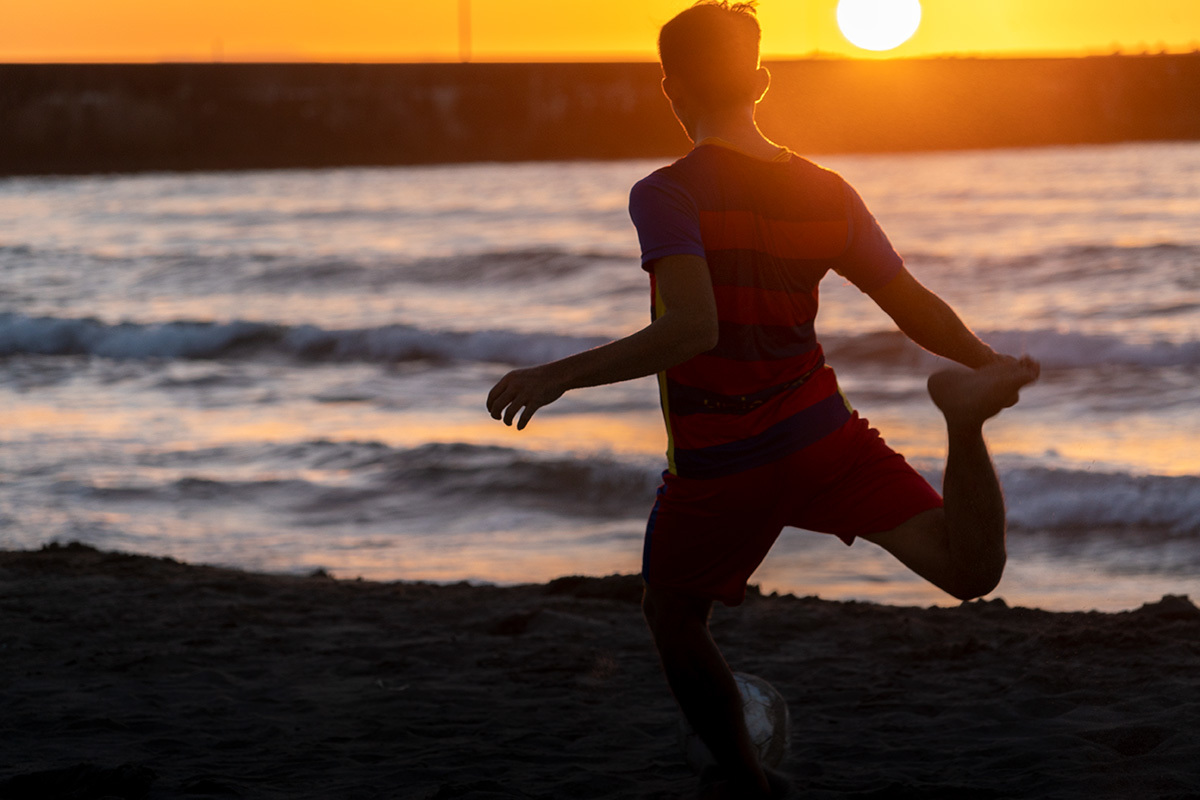 夕暮れの渚にて Foot ball on the shore #SONYα9_c0065410_00404565.jpg