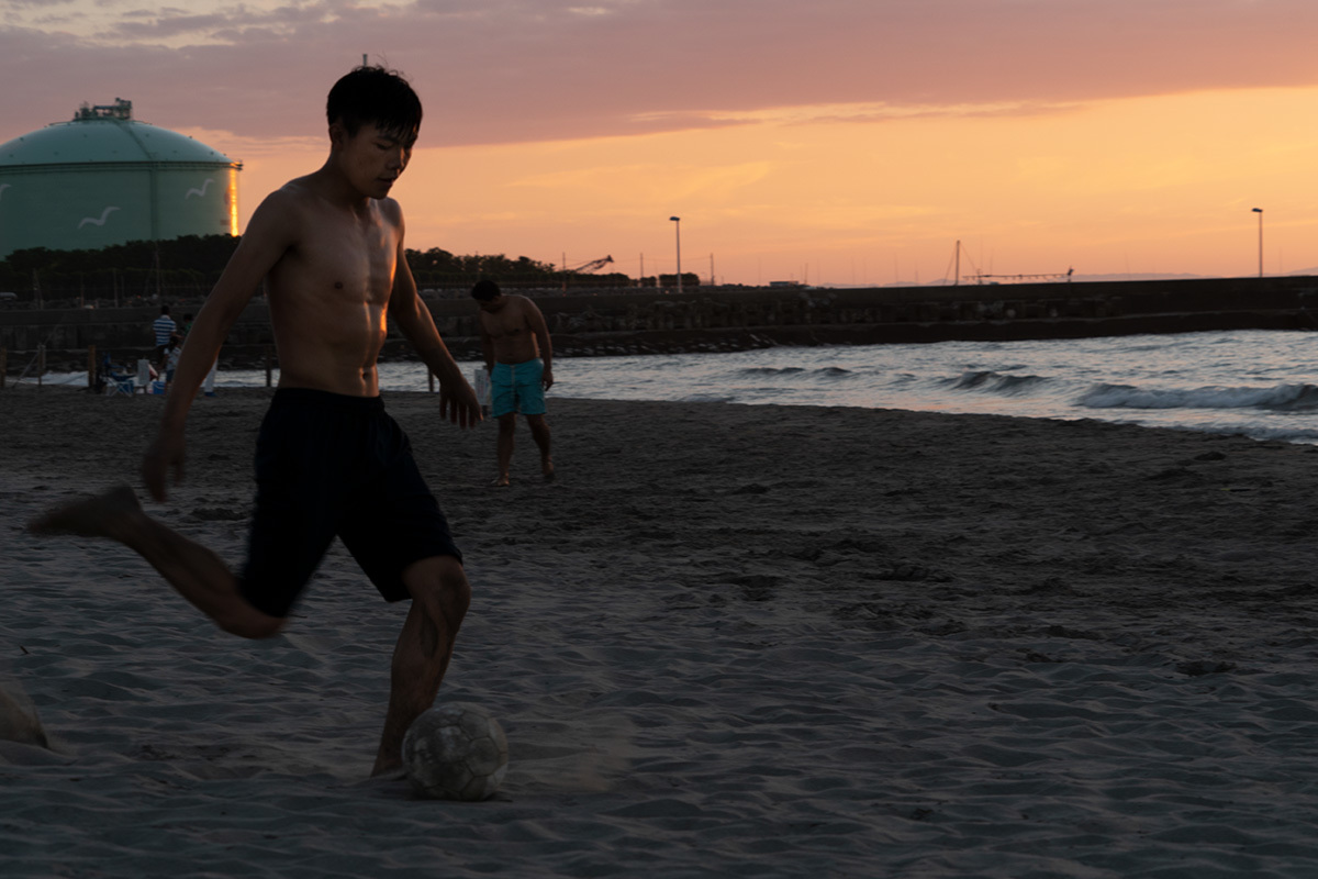 夕暮れの渚にて Foot ball on the shore #SONYα9_c0065410_00413182.jpg