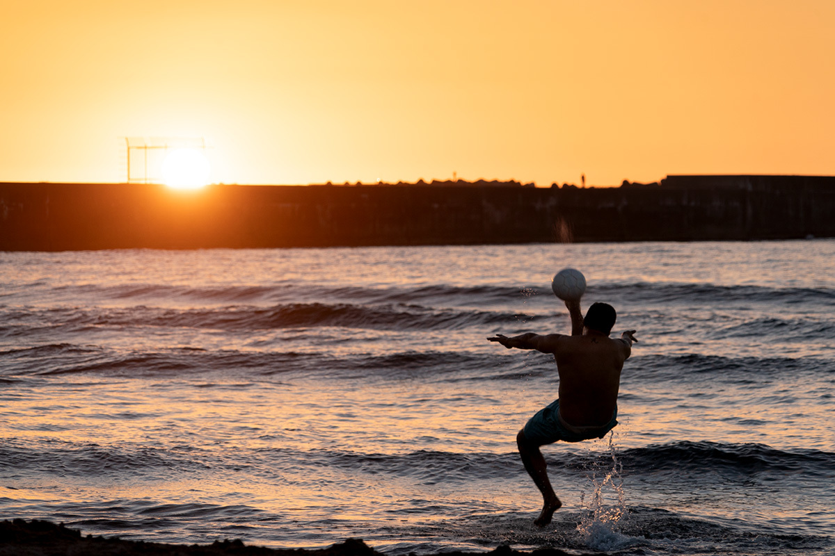夕暮れの渚にて Foot ball on the shore #SONYα9_c0065410_00421608.jpg