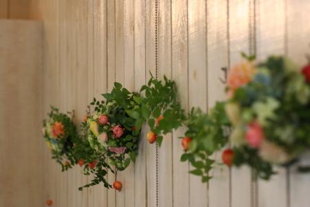 壁を飾る装花 黄色とコーラルピンク アンカシェット様へ _a0042928_11451210.jpg