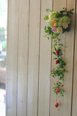 壁を飾る装花 黄色とコーラルピンク アンカシェット様へ _a0042928_11503190.jpg