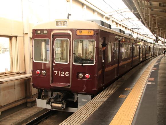 阪急8030F 豊中駅にて!_d0202264_19193674.jpg