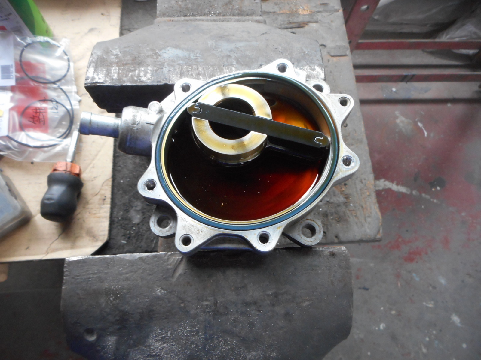 BMW 116i エンジンオイル漏れ修理(タペットカバー、バキュームポンプ)_c0267693_17431758.jpg