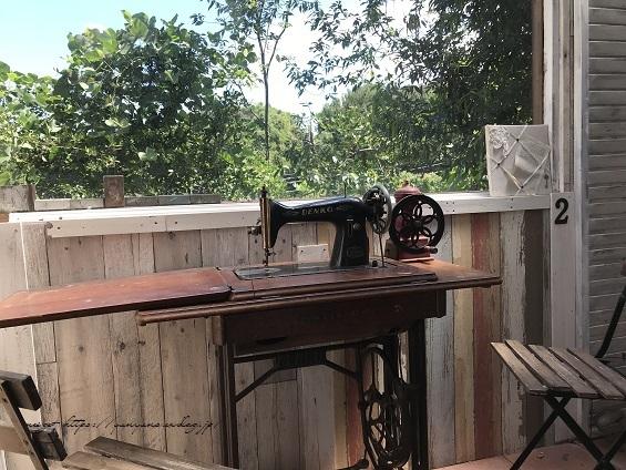 【アンティーク】時代を感じる足踏みミシンを小屋のカフェテーブルとして再利用♪_f0023333_22310579.jpg
