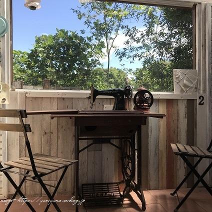 【アンティーク】時代を感じる足踏みミシンを小屋のカフェテーブルとして再利用♪_f0023333_22314190.jpg