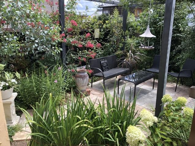 ガーデンリビングの様子「寄せ植えと百日紅」_a0243064_09430971.jpg