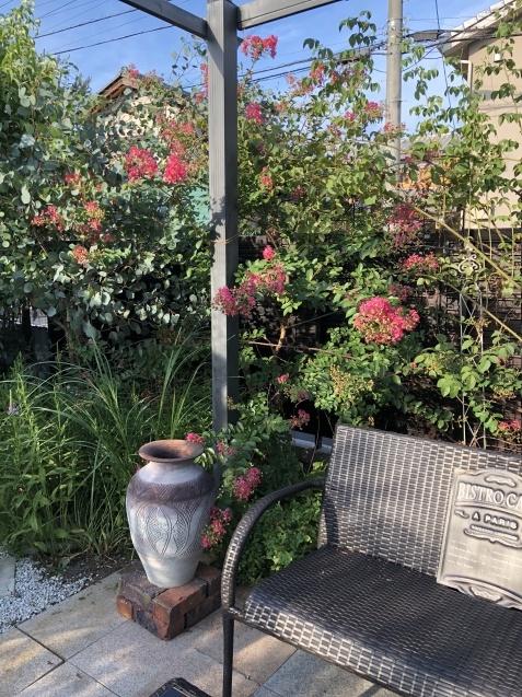 ガーデンリビングの様子「寄せ植えと百日紅」_a0243064_09465764.jpg