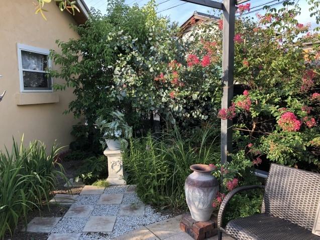 ガーデンリビングの様子「寄せ植えと百日紅」_a0243064_09472495.jpg
