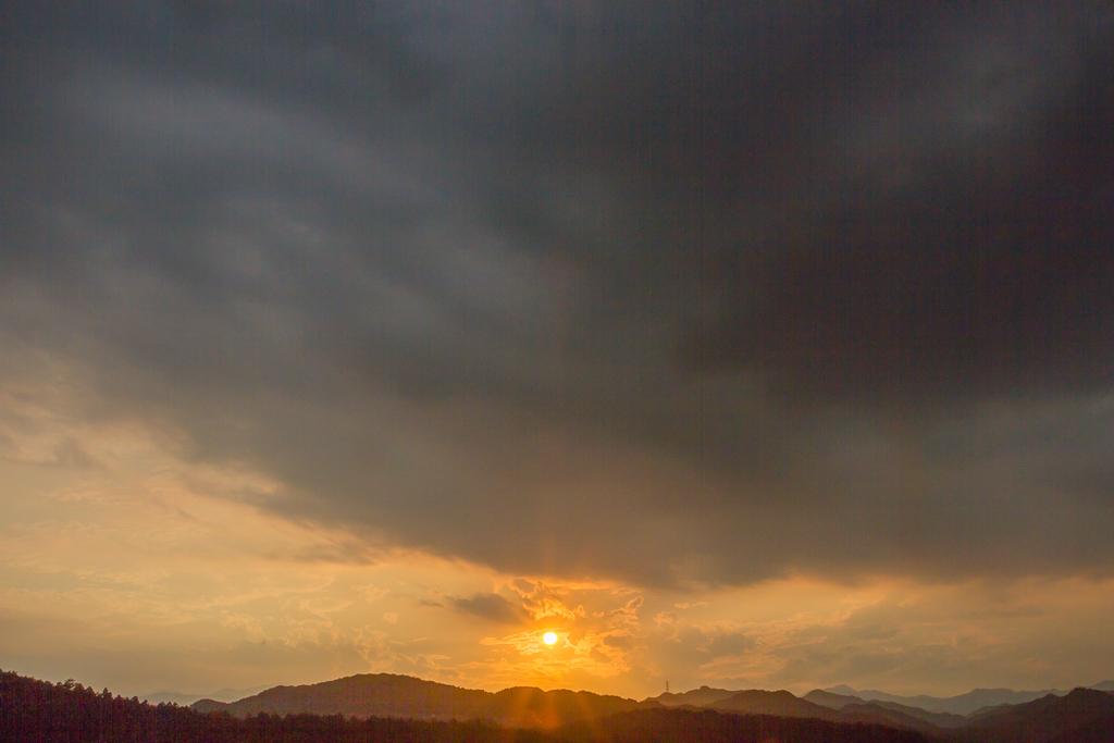 今日の夕焼け、積乱雲の下で_b0010915_19173651.jpg