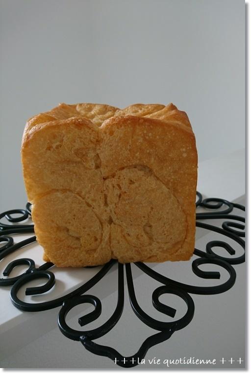 久々に焼いた真四角食パンは。。。とシュッポの遊び方_a0348473_03030756.jpg
