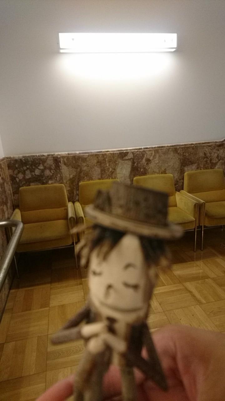 GLAYウォーカー、まちづくりセンターにて。ここに四人で座ったなあ。TERU木製人形より_b0106766_17070883.jpg