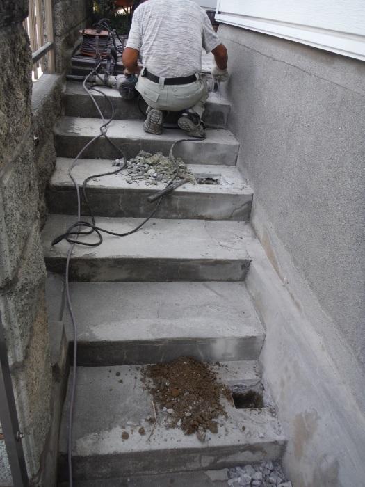 手摺と段差解消 ~ 階段に手摺取付。_d0165368_04405044.jpg