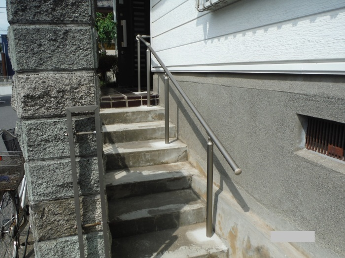 手摺と段差解消 ~ 階段に手摺取付。_d0165368_04420865.jpg