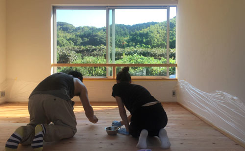 壁塗りも自分達で_a0180552_08420923.jpg