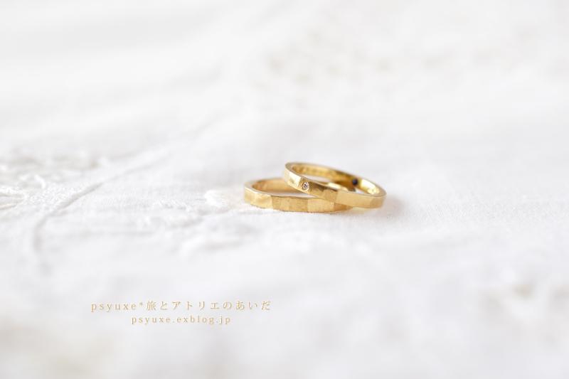 お二人の誕生石とマットなハンマー仕上げのご結婚指輪です_e0131432_15014693.jpg