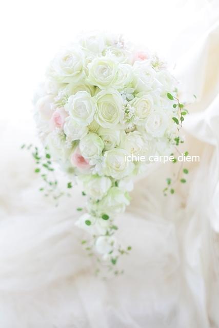 セミキャスケードブーケ 高輪貴賓館さまへ 9月のはじめ、白のバラの中にほんのりピンク_a0042928_21533510.jpg