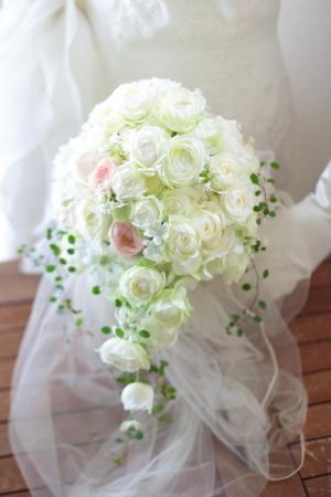 セミキャスケードブーケ 高輪貴賓館さまへ 9月のはじめ、白のバラの中にほんのりピンク_a0042928_21545612.jpg