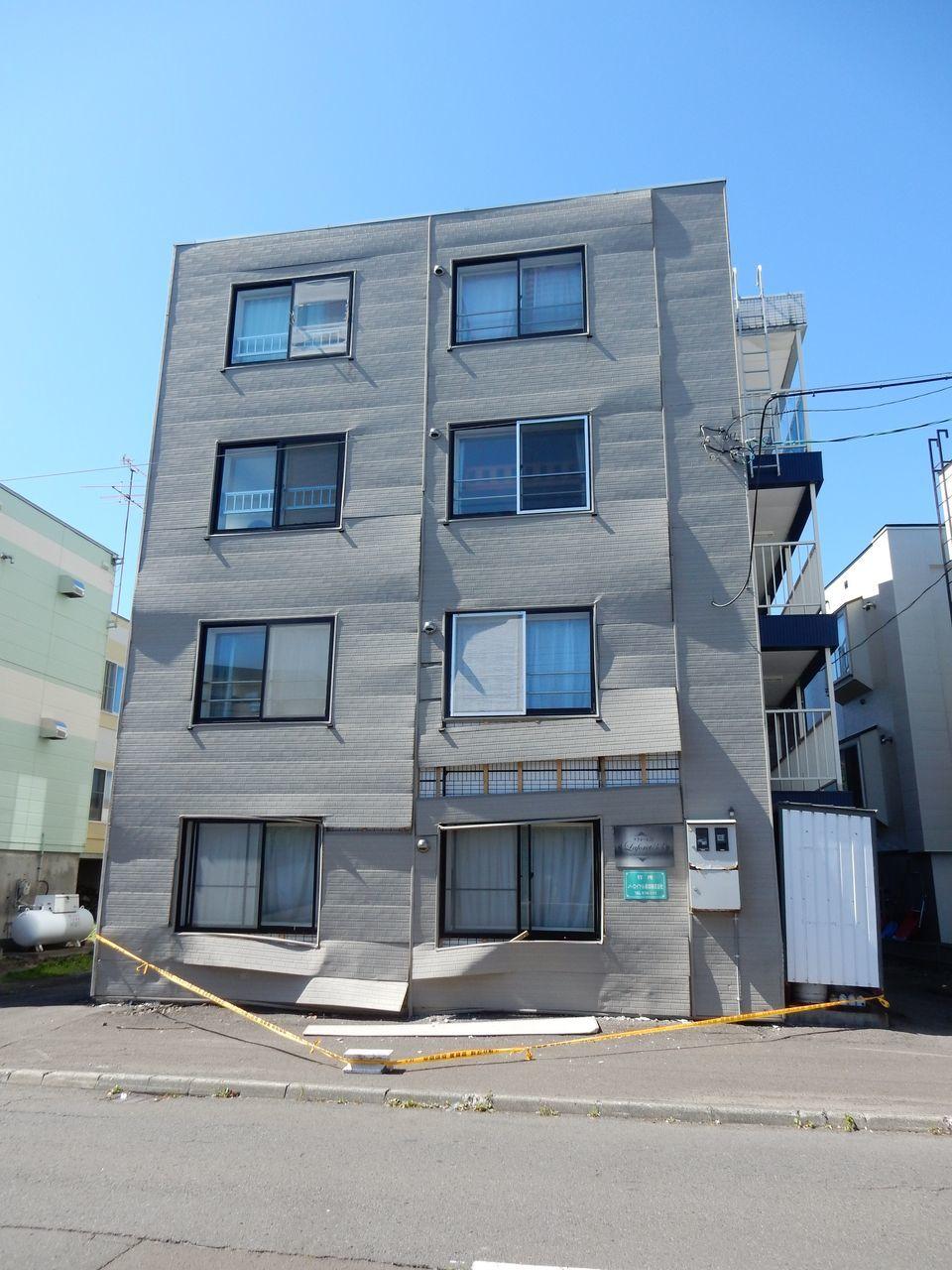 意外と近いところに半壊のアパートが_c0025115_22095412.jpg