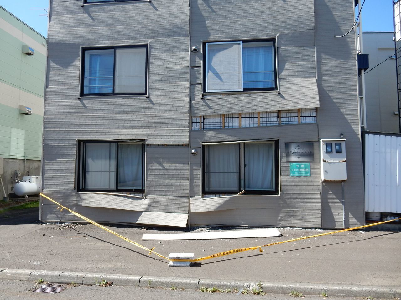 意外と近いところに半壊のアパートが_c0025115_22100067.jpg