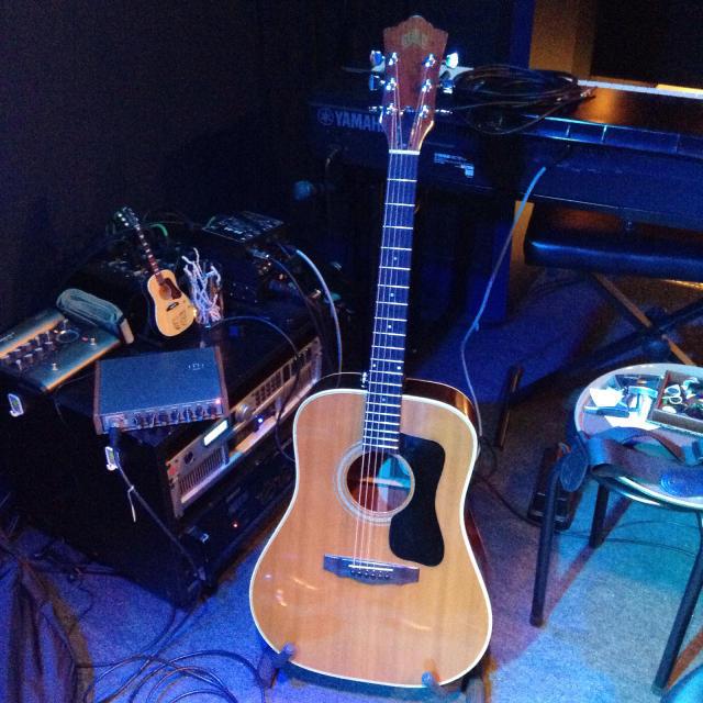 古いギルドギターを抱えてお仕事。_a0334793_15432965.jpg