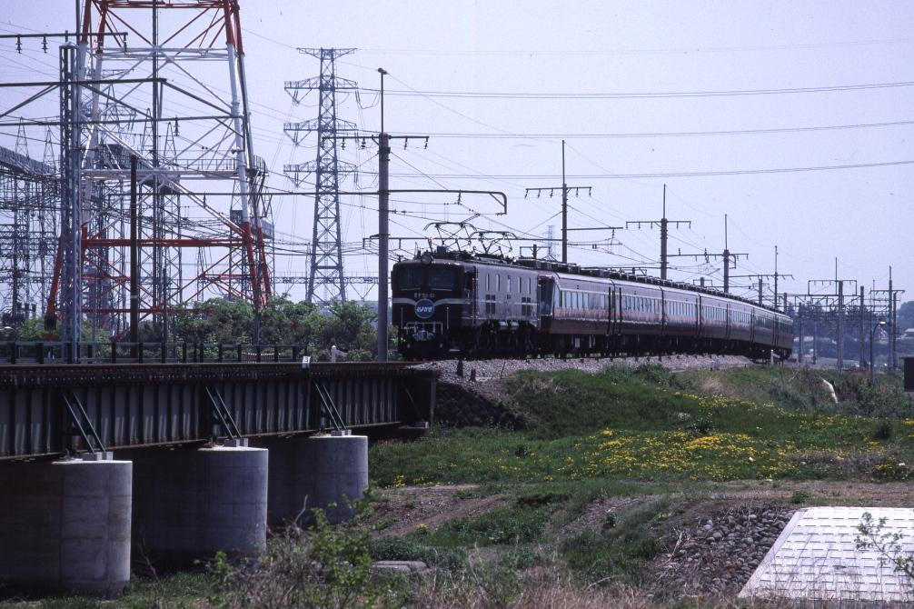 鉄塔の下を走るEF5861 - 高崎線 -_b0190710_23421386.jpg