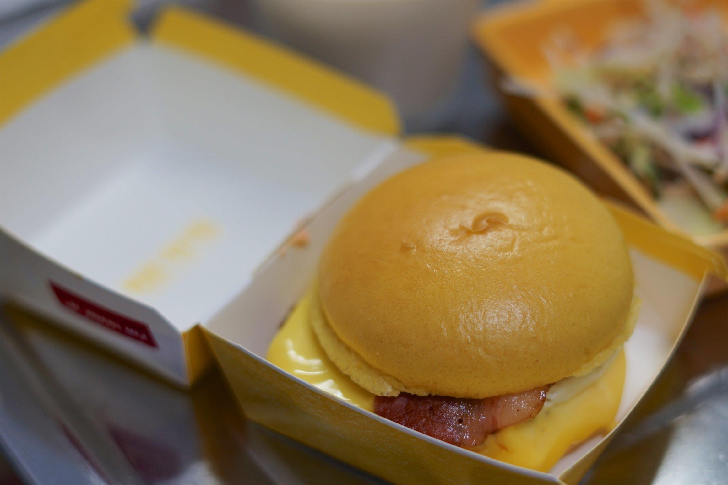 マクドナルド 金の月見バーガーを食べる_b0360240_19001030.jpg