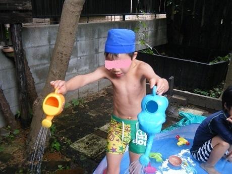 お庭でプール遊び_e0116086_11040771.jpg