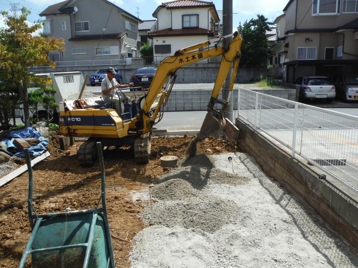 庭を駐車場へ ~ 砕石敷き、型枠組み。_d0165368_05112217.jpg
