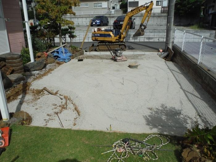庭を駐車場へ ~ 砕石敷き、型枠組み。_d0165368_05114330.jpg