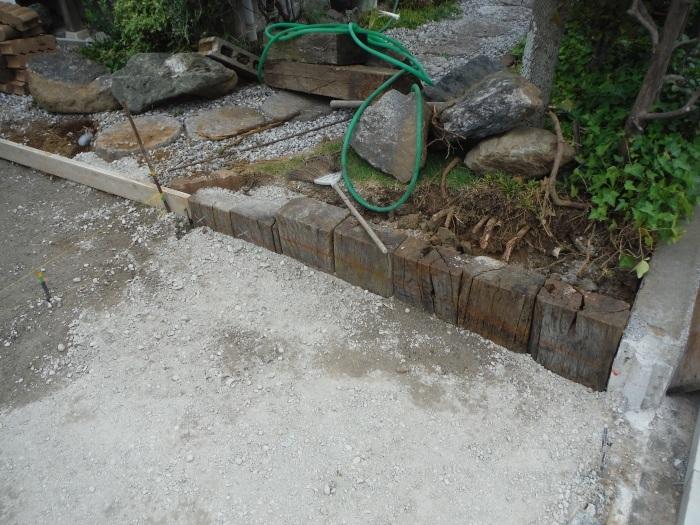 庭を駐車場へ ~ 砕石敷き、型枠組み。_d0165368_05120061.jpg
