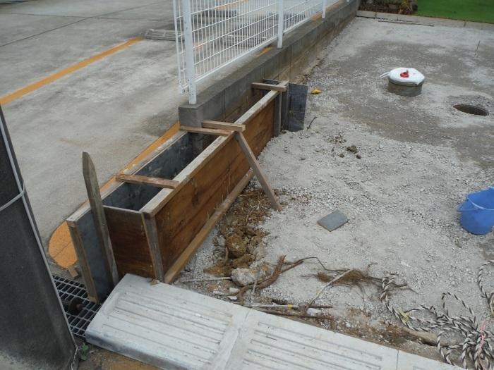 庭を駐車場へ ~ 砕石敷き、型枠組み。_d0165368_05121822.jpg