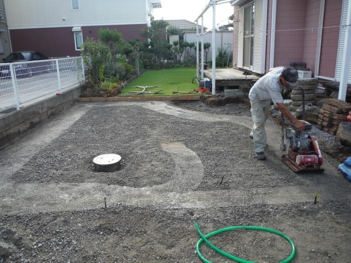 庭を駐車場へ ~ 砕石敷き、型枠組み。_d0165368_05134267.jpg