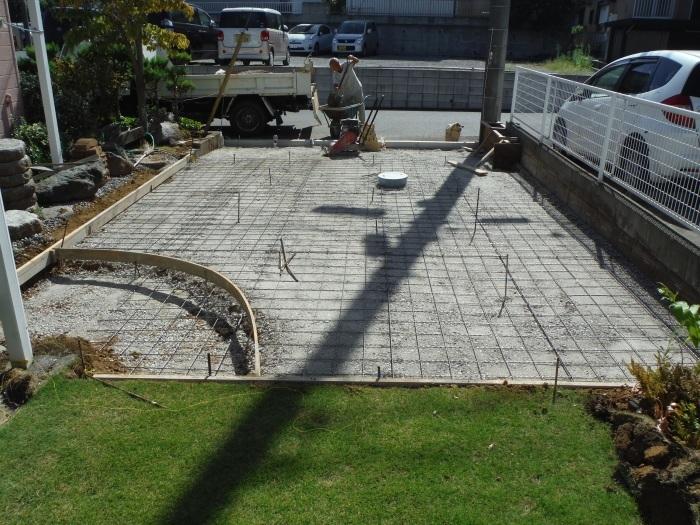 庭を駐車場へ ~ 砕石敷き、型枠組み。_d0165368_05141921.jpg