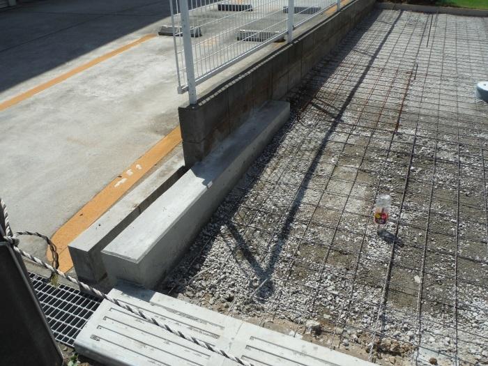 庭を駐車場へ ~ 砕石敷き、型枠組み。_d0165368_05145623.jpg