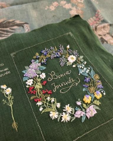 favori11号で表紙にしていただいた 花刺繍のボックスの花リース🌿_a0157409_17534268.jpeg